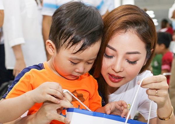 Jennifer Phạm tặng quà cho các em nhỏ trong ngày Quốc tế thiếu nhi.