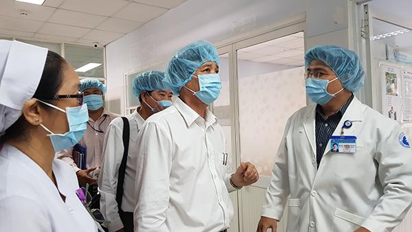 Phó giám đốc Sở Y tế TP HCM và Trung tâm Y tế dự phòng TP HCM khảo sát tại Khoa Nội soi Bệnh viện Từ Dũ sáng 4/6. Ảnh: Lê Phương.