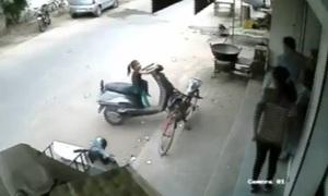 Bé 2 tuổi bị chấn thương khi vặn tay ga xe máy gây tai nạn