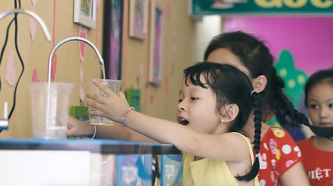 Học sinh tại các trường được lắp đặt hệ thống lọc nước có thêm nước sạch để uống.