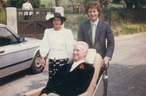 Vợ chồng Robin và Diana bên con trai Jonathan. Ảnh: Mirror.