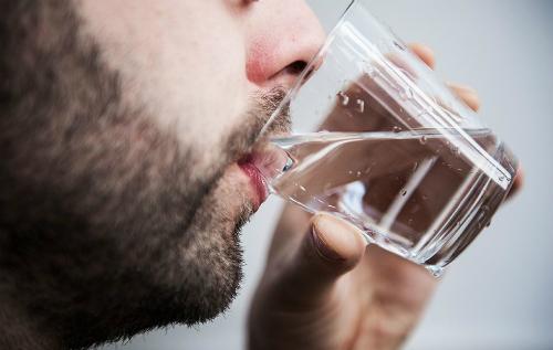 Uống nước là mẹo giảm ho đơn giản mà hiệu quả. Ảnh: MH.