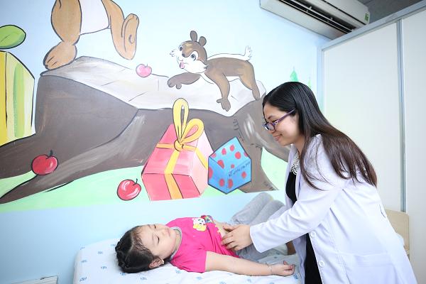 Bác sĩ đang thăm khám cho bé tại Bệnh viên Đại học Y Dược TPHCM. Ảnh: N.P