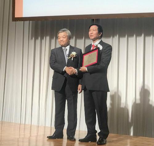 Ông Naotoshi Okada, Chủ tịch và Tổng Giám đốc Tập đoàn Nikkei trao giải thưởng Nikkei Châu Á 2018 cho GS Nguyễn Thanh Liêm tại Tokyo (Nhật Bản).