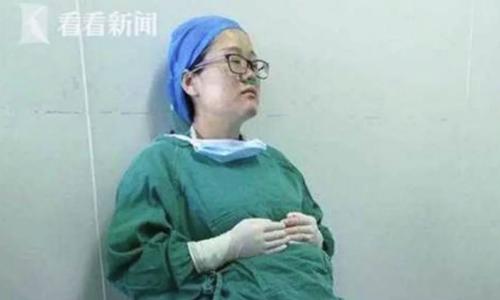 Bác sĩ Yi đang mang thai 5 tháng kiệt sức sau khi thực hiện bốn ca phẫu thuật. Ảnh: Kankan.