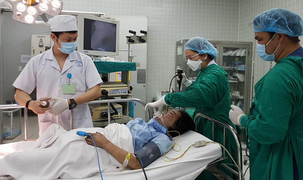 Nạn nhân vụ cháy chung cư Carina nội soi hô hấp tại phòng cấp cứu Bệnh viện Chợ Rẫy. Ảnh: Lê Phương.