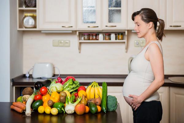 Thai phụ có thể thay thế sữa bầu bằng cách bổ sung các chất dinh dưỡng từ sữa tươi và các loại thực phẩm ăn uống hàng ngày. Ảnh: Telegraph.