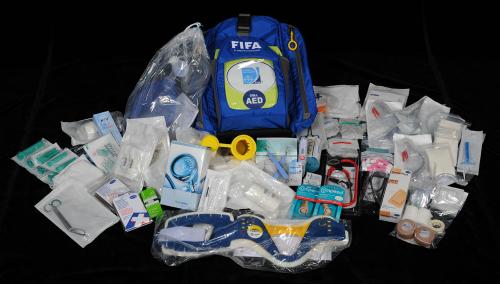 Túi cấp cứu của FIFA có hơn 100 món đồ. Ảnh: BMJ.