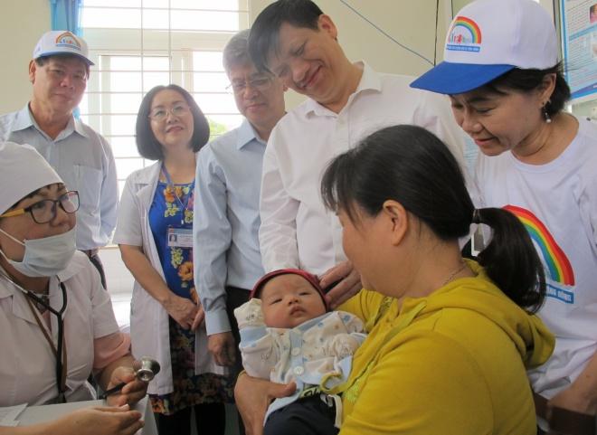 Thứ trưởng Y tế Nguyễn Thanh Long (đứng thứ 2 từ phải sang) đề nghị giải quyết dứt điểm các vùng lõi tiêm chủng. Ảnh: N.Phương.