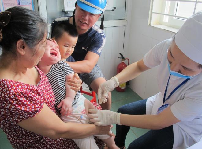 Bé trai 11 tháng tuổi được tiêm văcxin 5 trong 1 mũi 3. Ảnh: N.Phương.