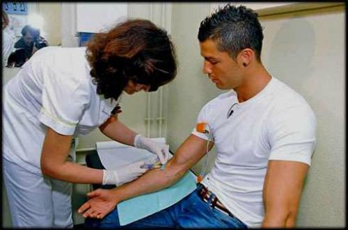 Cristiano Ronaldo không xăm mình để có thể đều đặn hiến máu. Ảnh:Sportskeeda.