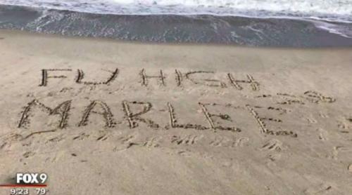 Người xa lạ ghi tên Marlee lên bãi cát để hoàn thành di nguyện ngắm biển của em bé. Ảnh: Fox9.