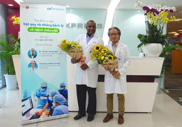 Bác sĩ Mahen Nadarajah (bên trái) và Thạc sĩ, bác sĩ Lê Minh Quang, (bên phải) tại Tòa soạn VnExpress.