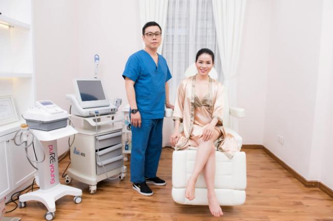 Tiến sĩ Huang Young Gu từ Hàn Quốc trực tiếp thực hiện liệu trình cho ca sĩ.
