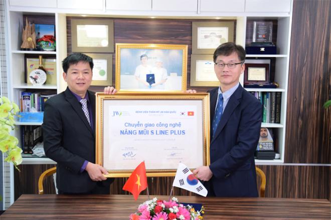 Tiến sĩ Man Kon Suh chuyển giao công nghệ nâng mũi S Line Plus cho Tiến sĩ, bác sĩ Nguyễn Phan Tú Dung tại Bệnh viện thẩm mỹ JW.