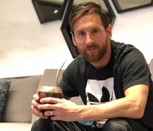 Messi uống trà mate khi ở nhà. Ảnh: DS.