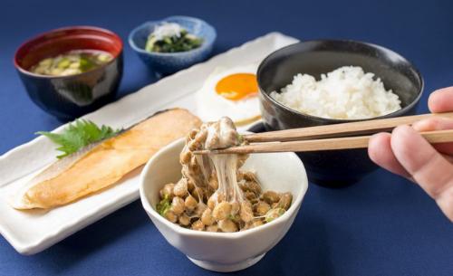 Natto (đậu tương lên men) giàu enzym nattokinase làm tan cục máu đông, là mỹ thực được người Nhật dùng 1.200 năm qua để phòng ngừa đột quỵ.