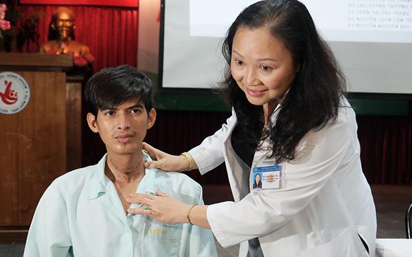 Bệnh nhân hiện hồi phục cạnh phó giáo sư Trần Phan Chung Thuỷ. Ảnh: Lê Phương.