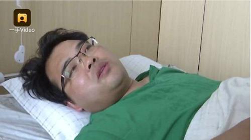 Sau khi hoàn thành công việc, bác sĩ Liang lập tức được phẫu thuật ruột thừa. Ảnh: DM.