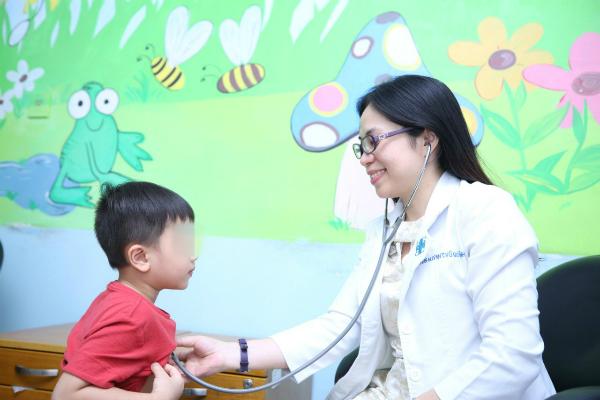 Bác sĩ đang thăm khám cho trẻ tại Bệnh viện Đại học Y Dược TP HCM. Ảnh N.P