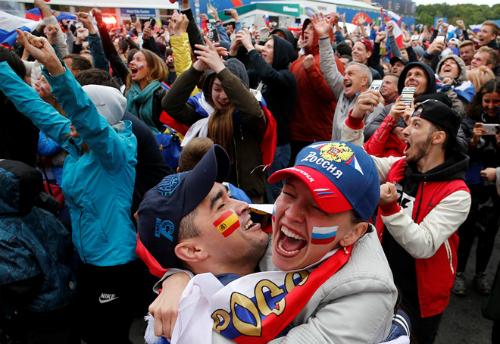 Cổ động viên Nga vỡ òa trong niềm vui thắng Tây Ban Nha tói 1/7. Ảnh: Nld.com