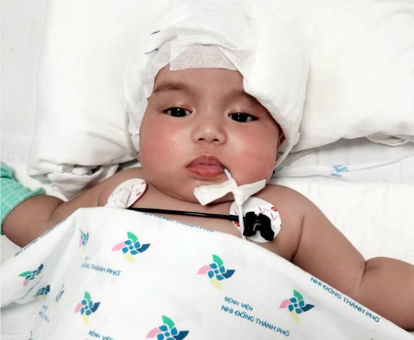 Sau gần 2 tuần nằm mê man, bé mới có thể tỉnh táo, nhận biết đươc cha mẹ. Ảnh: P.V