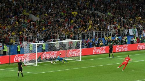 Eric Dier đánh bại thủ mônDavid Ospina ở cú sút luân lưu cuối cùng. Ảnh: FIFA.