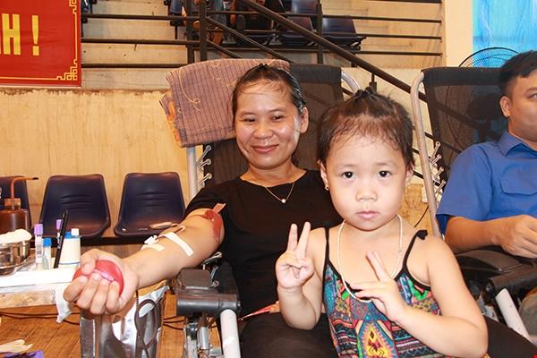 Chị Phương dẫn con gái 4 tuổi tham gia ngày hội hiến máu. Ảnh: Vương Tuấn.