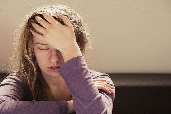 Biểu hiện sớm của say nắng là mệt mỏi, chóng mặt, hoa mắt, rối loạn tri giác và có thể hôn mê. Ảnh: Healthline