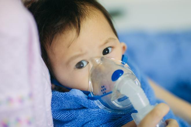 Trẻ em dễ mắc các bệnh hô hấp do không khí bị ô nhiễm. Xin nguồn ảnh.
