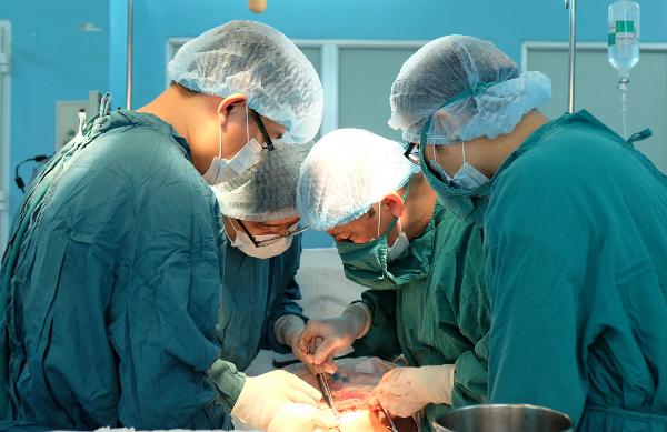 Các bác sĩ thực hiện mổ bóc tách bướu. Ảnh bệnh viện cung cấp.