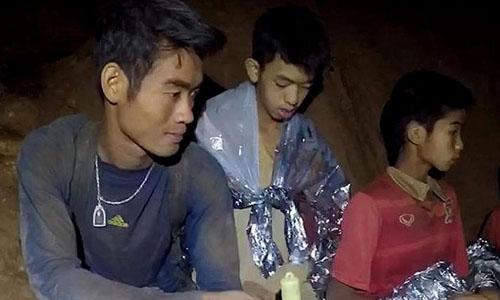 Huấn luyện viên đội bóng thiếu niên Thái Lan và các em mắc kẹt trong hang Tham Luang. Ảnh: CNN.