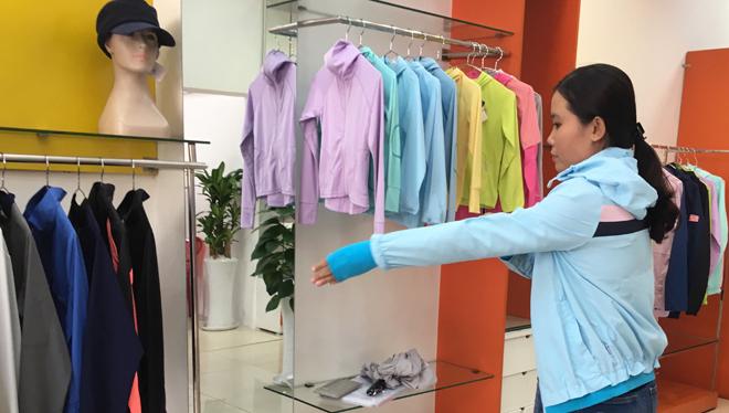 Các trang phục chống tia UV khá đa dạng bao gồm áo khoác, váy, mũ, bao tay, khẩu trang.Ảnh: Cẩm Anh