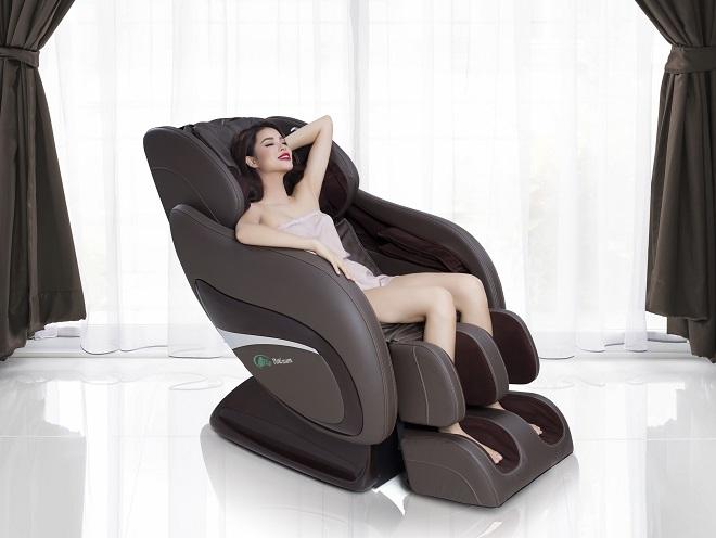 Người đẹp dùng ghế massage Elip vào buổi tối như một phương pháp thư giãn, giải tỏa căng thẳng. Tìm hiểu các sản phẩm ghế massage Elip tại đây.