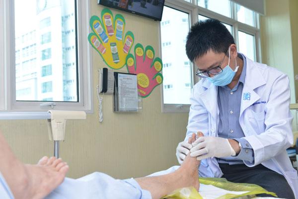 Bác sĩ đang chăm sóc bàn chân cho người bệnh đái tháo đường. Ảnh: N.P