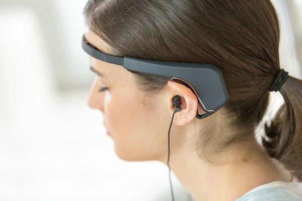 Máy sử dụng cảm biến dọc theo vùng đầu để đo lường hoạt động trong não. Ảnh: SMJ