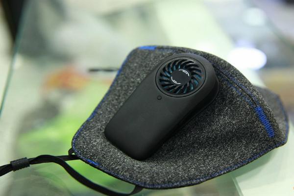 Khẩu trang thiết kế thêm động cơ quạt tạo sự dễ chịu cho người dùng khi đeo trong thời tiếtnắng nóng.Ảnh: Cẩm Anh