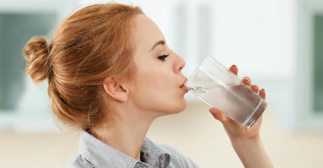 Lý do nên uống nước ấm ngay sau khi thức dậy - VnExpress Sức khỏe