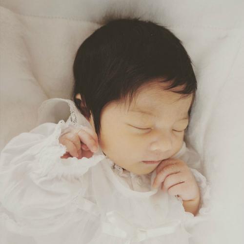 Chanco lúc mới chào đời đã có bộ tóc đen nhánh. Ảnh: Instagram.