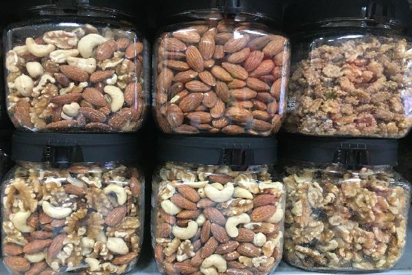 Người dùng không nên ăn quá nhiều các loại hạt để tránh mất cân đối dinh dưỡng. Ảnh: Cẩm Anh