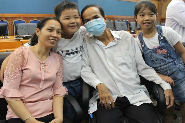 Sau nhiều năm chiến đấu bệnh tật thì gia đình anh cũng đã nở được nụ cười hạnh phúc. Ảnh: Cẩm Anh