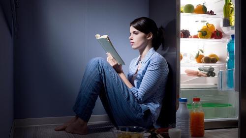 Bữa ăn nhẹ trước khi đi ngủ. Ảnh: Shutterstock.