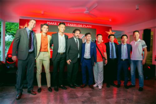 Vận động viên Nguyễn Văn Hùng (thứ 3 từ trái sang) tại sự kiện ra mắt sản phẩm Starbalm  thương hiệu chăm soc thể thao từ Hà Lan tại Việt Nam vào ngày 19/7 vừa qua