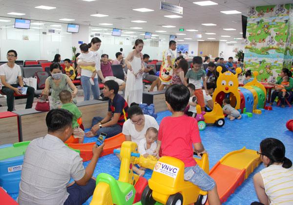 Khu vui chơi với diện tích rộng hơn 400m2 trang trí theo mô hình công viên dành riêng cho các bé.