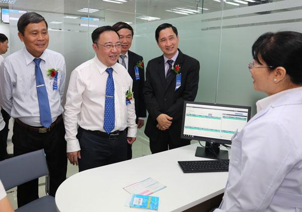 Lãnh đạo Biên Hòa và tỉnh Đồng Nai đến thăm Trung tâm VNVC ngày khai trương. Ảnh: Minh Thư