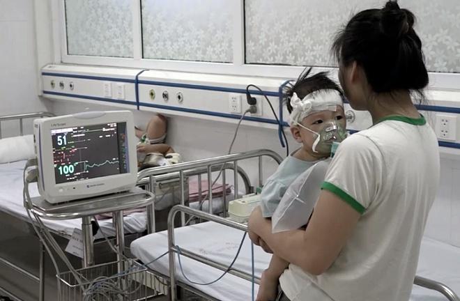 Trẻ mắc sởi điều trị tại Bệnh viện Xanh Pôn (Hà Nội). Ảnh: T.Q.
