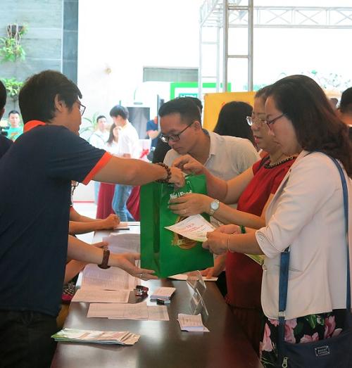 NutiFood đã tài trợ cho chương trình gần 500 phần quà, mỗi phần giá trị gần 400.000 đồng, bán hàng giảm giá sâu, giới thiệu các sản phẩm mới... tại hội nghị.