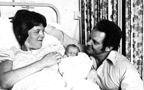 Louise bên bố mẹ. Ảnh: PA.