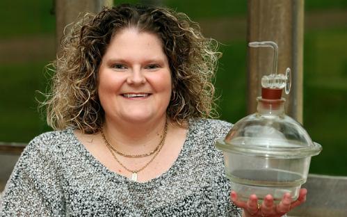 Louise Brown bên cạnh chiếc bình mà từ đó bác sĩ chuyển phôi của cô vào tử cung người mẹ. Ảnh: Telegraph.