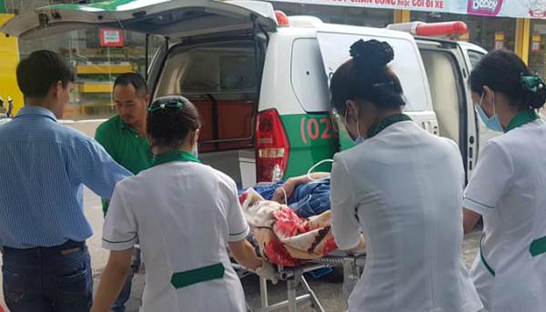 Xe cấp cứu đưa bệnh nhân từ phòng khám về bệnh viện. Ảnh: P.T